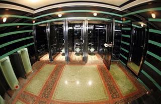 slideshow_1054202_100355_Redoubtable_Restroom.jpg
